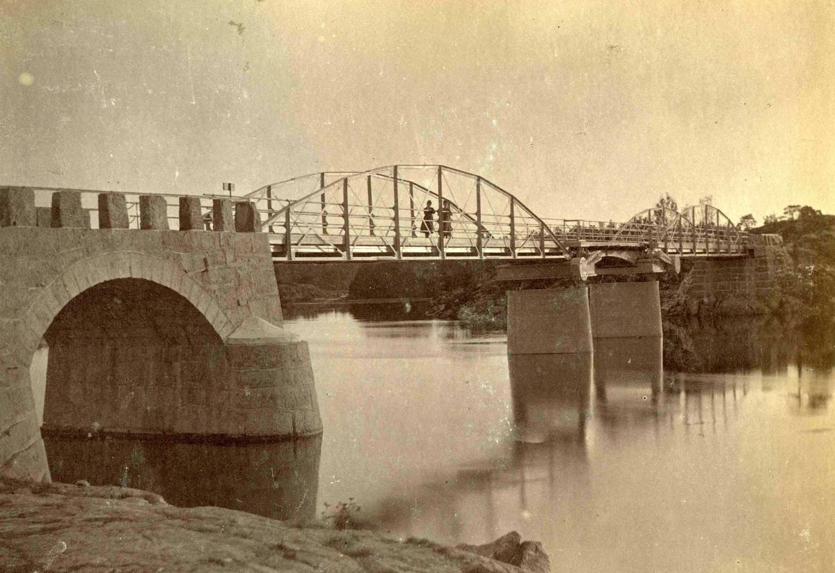Fra John Ditlef Fürst fotoalbum. Hisøy. Vippabroen over Nidelven bygget i 1879.