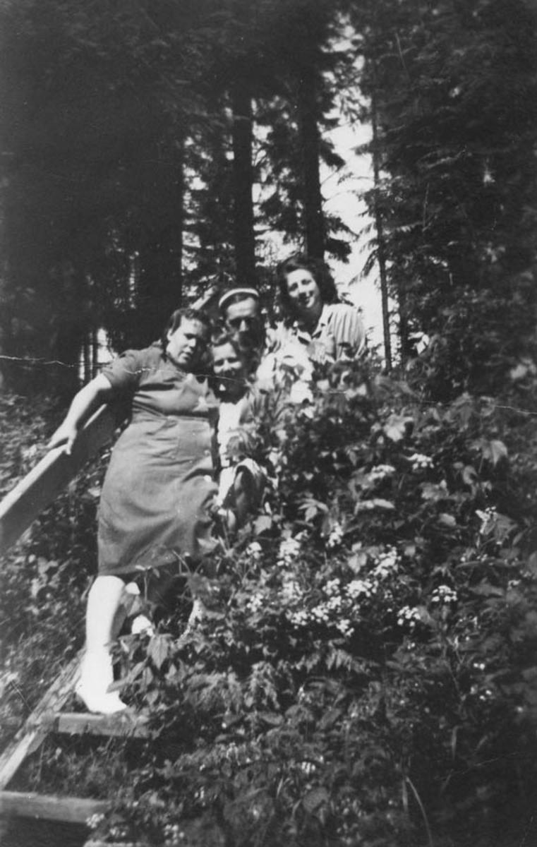 Tre kvinner og en mann i en trapp. På arbeidsplassen til Tor Underland. Grubernes Sprængstoffabrikk.