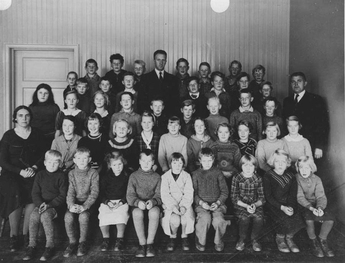 Klassebilde m/lærer: Ottar Flakstad, Sverre Ader, Anna Holmeide