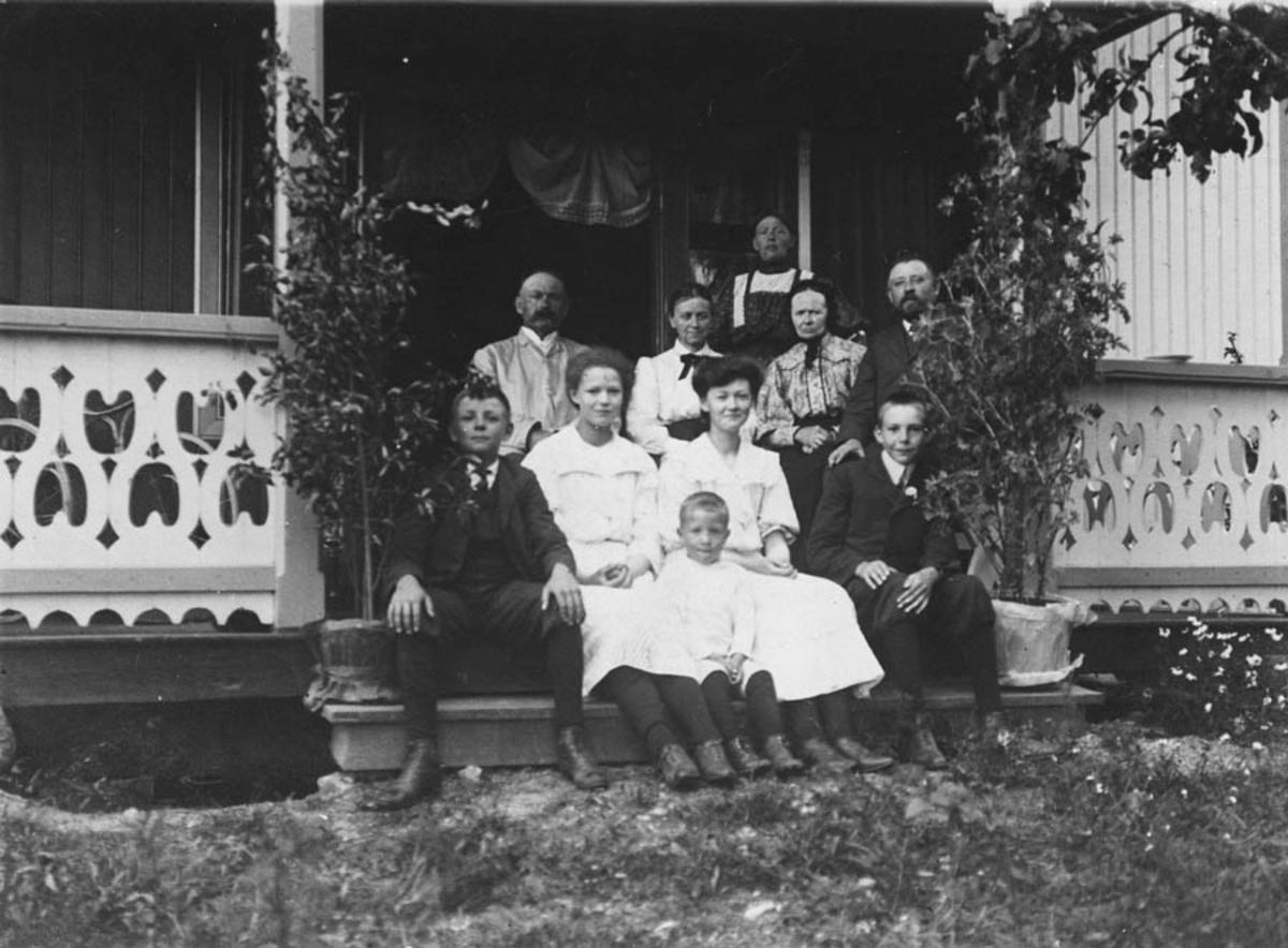 Gruppebilde på trappa, Ellingsrud gård.