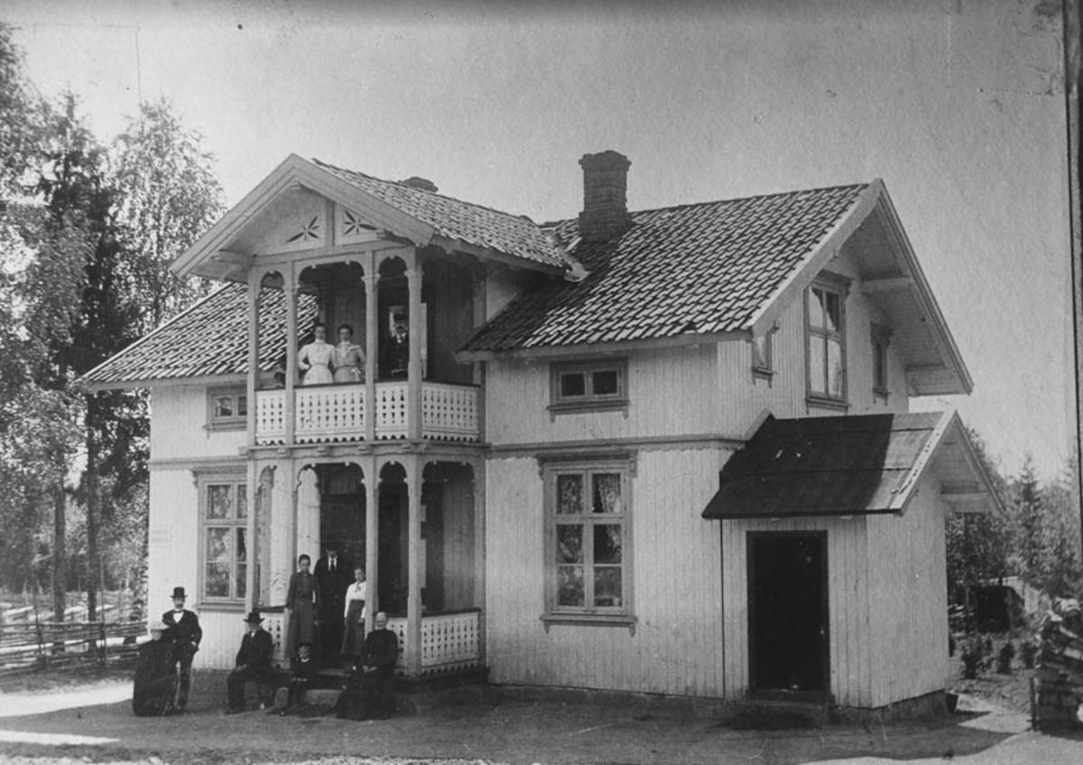 Eiendommen Stensrud med en gruppe personer på trappa og verandaen i 2. etg.