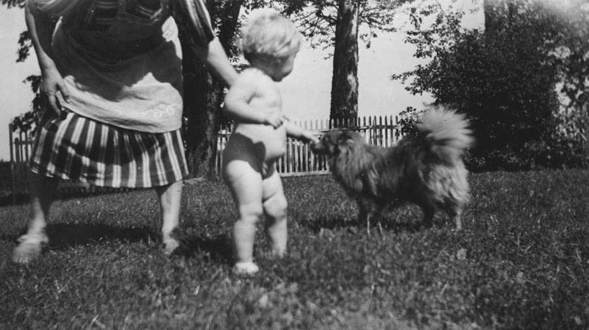 Kvinne med barn og hund