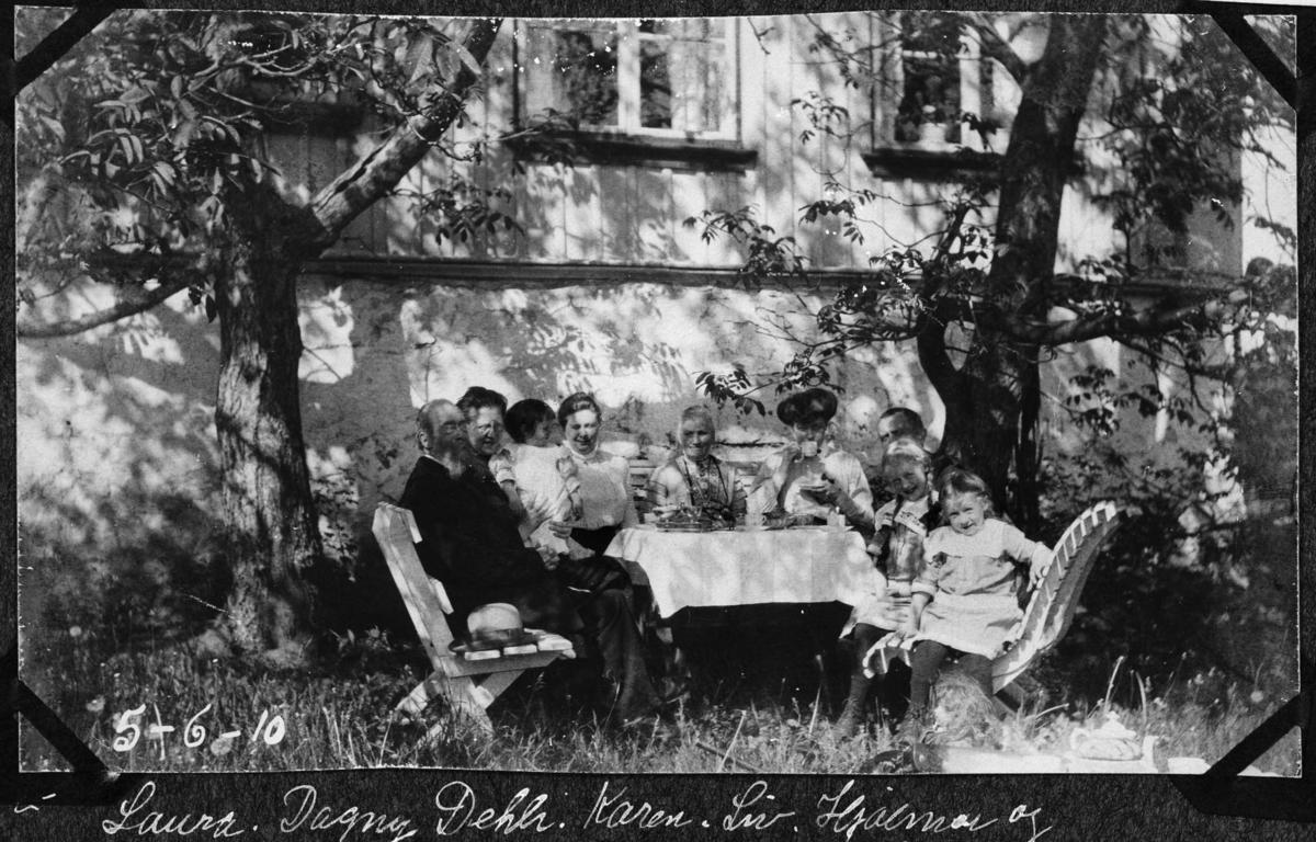 Under valnøtt-trærne på Nordre Belsjø, hage, gruppebilde kaffebord, barn, mann, kvinne