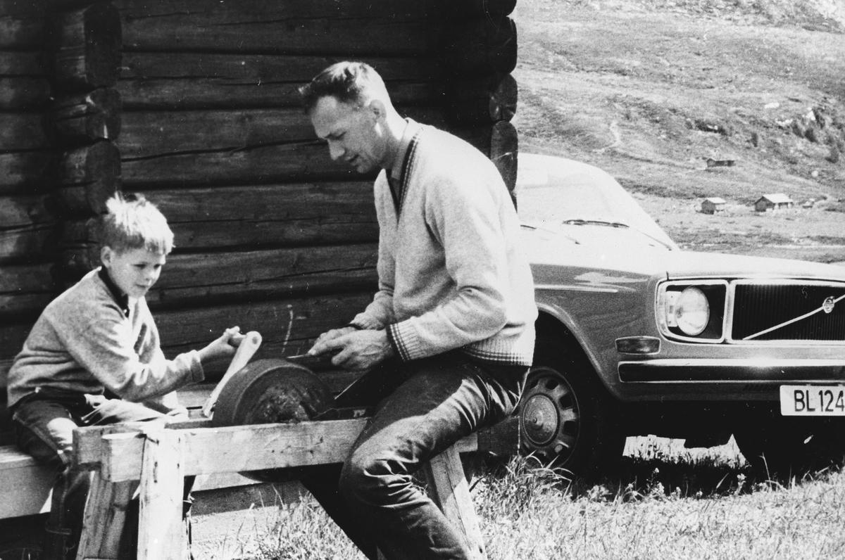 Far og sønn sliper verktøy