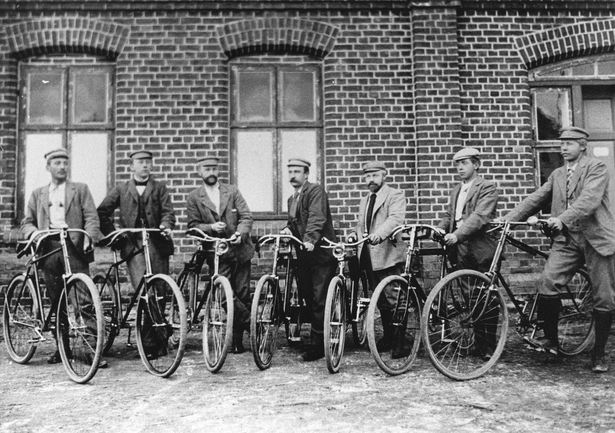 Syv menn med hver sin sykkel