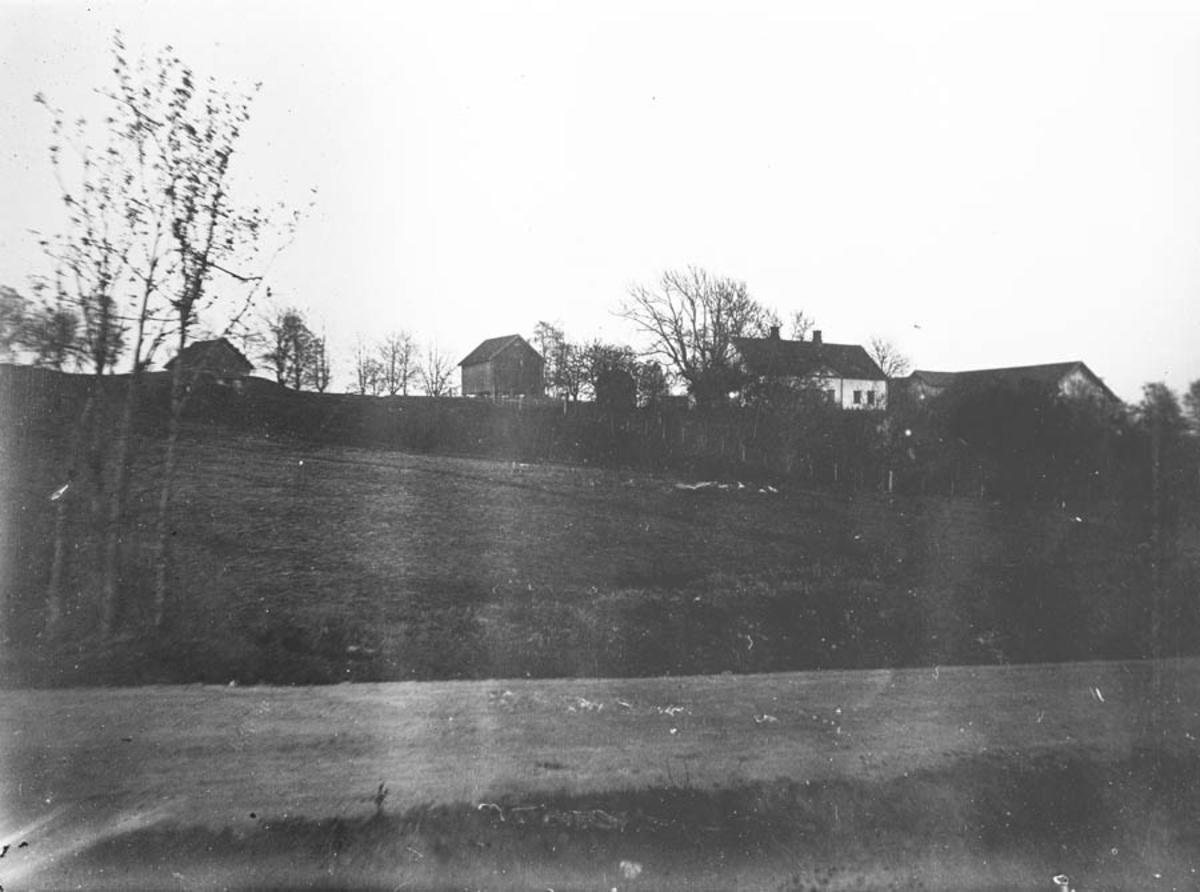 Gardsbruk, bebyggelse og jorder.