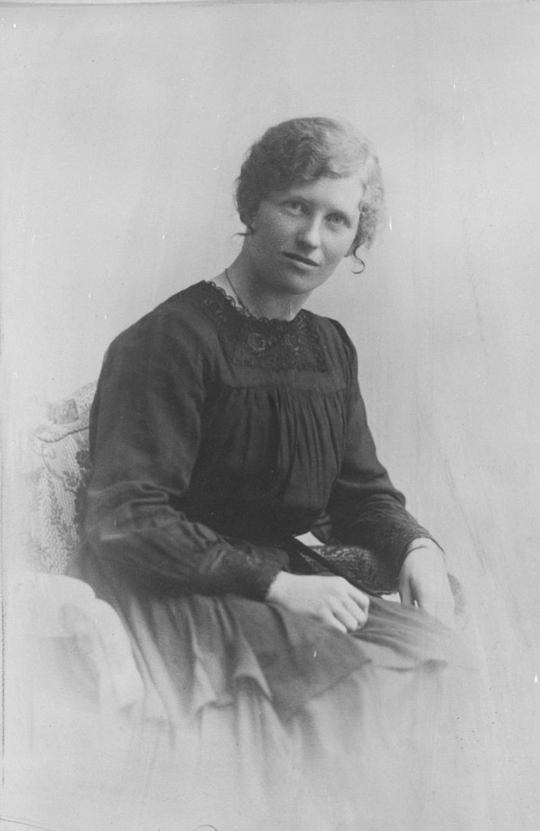Sittende Josefine Hauger f. 1892, død 1923.