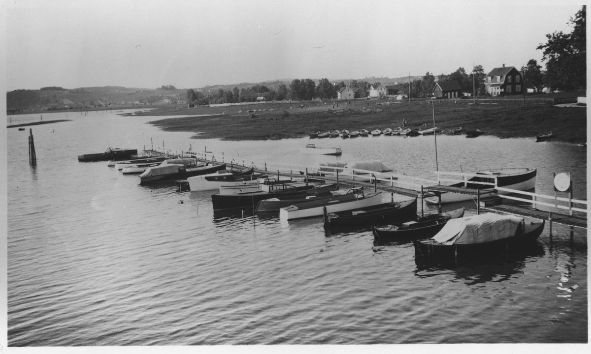 "Motorbåtbrygga ved ""Nybrua"" i 1930 - årene."