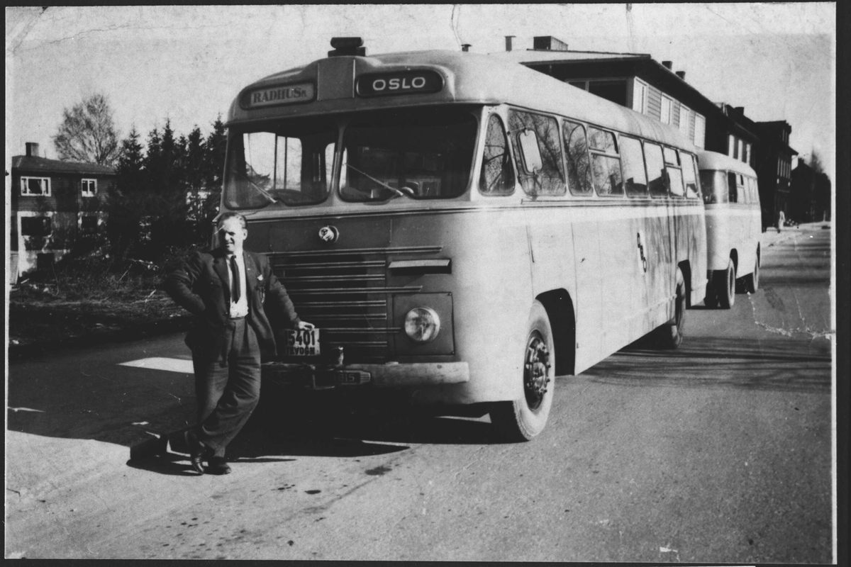 Mann foran Buss.