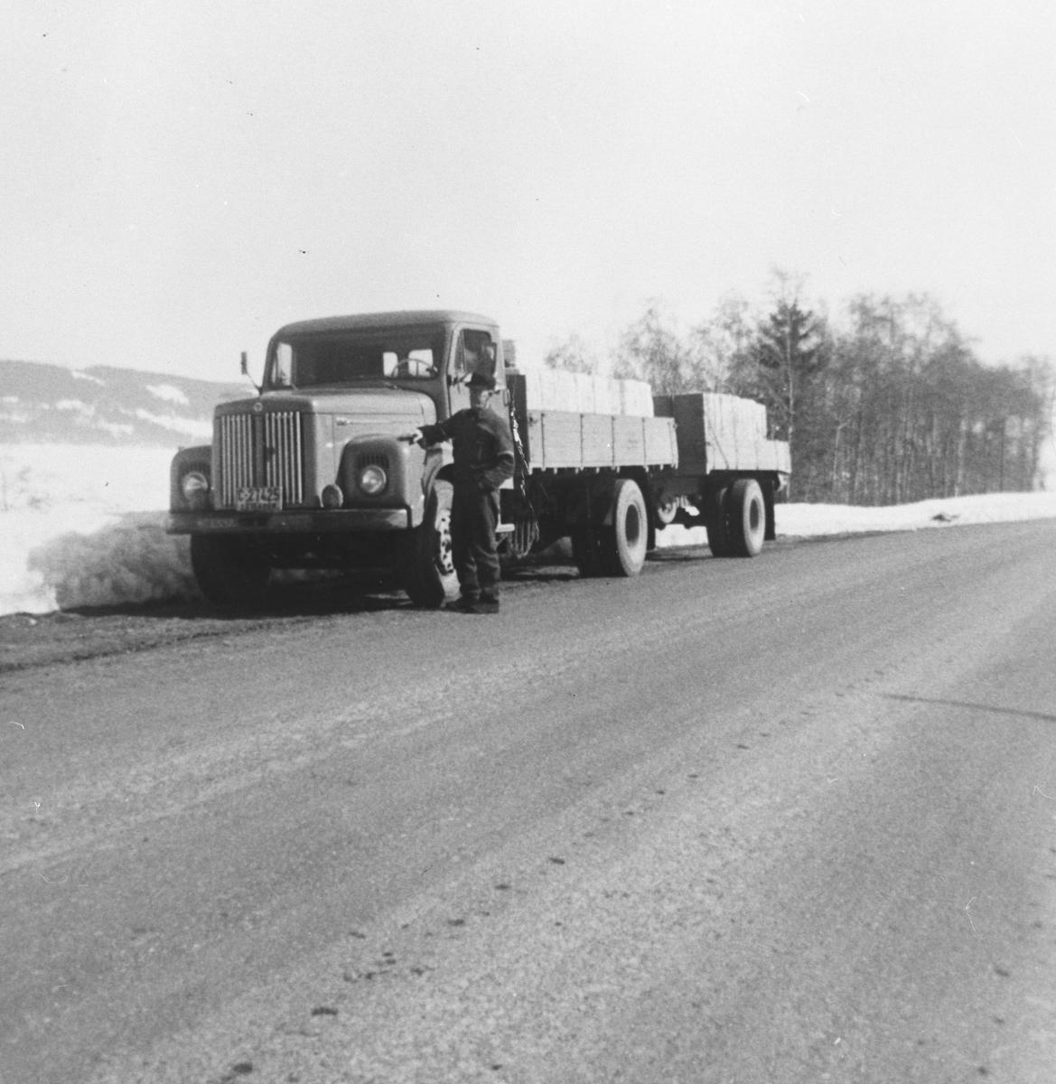 En lastebil med henger frakter det siste lasset med tremasse fra Funnefoss tresliperi.