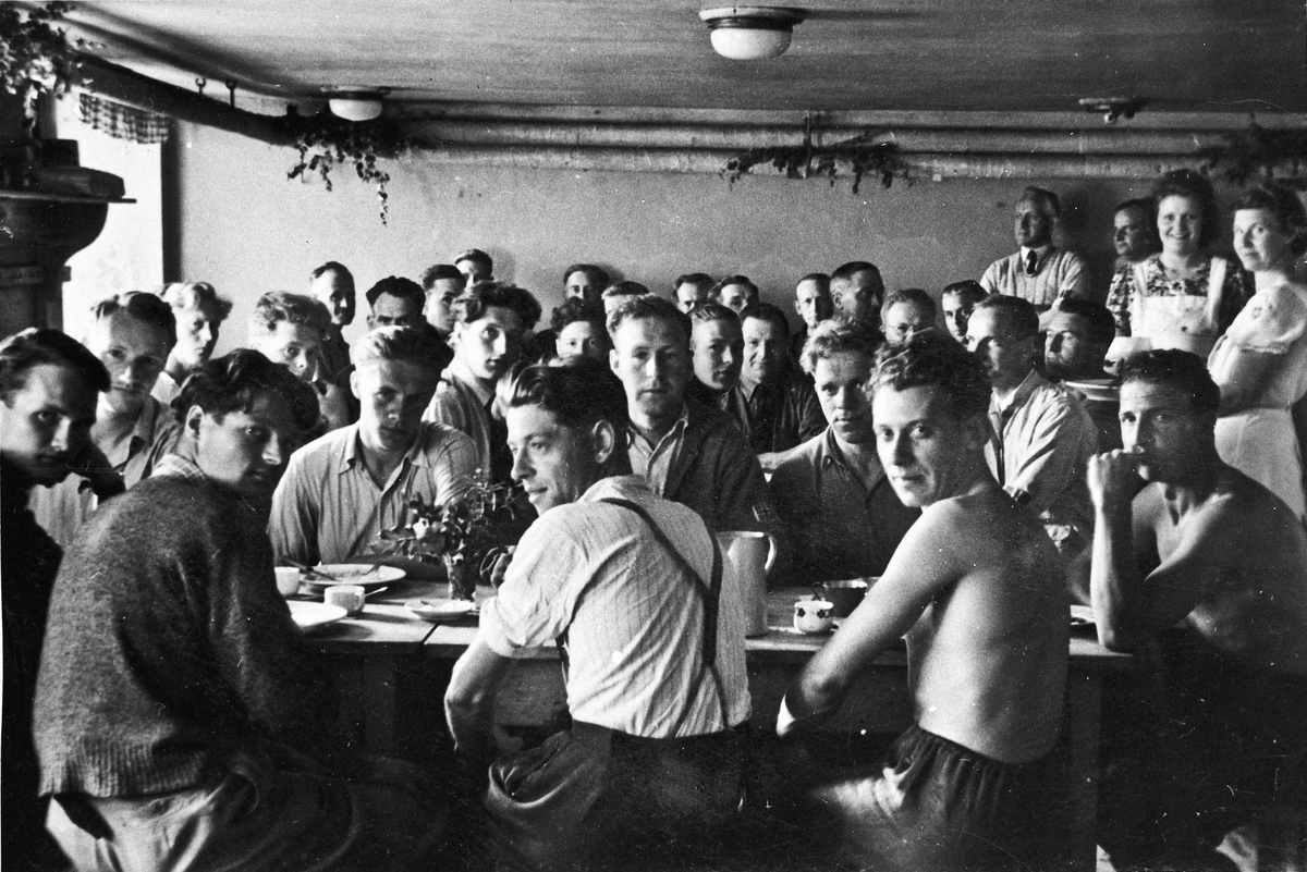 Hjemmestyrker samlet til et måltid. Nr.1 fra venstre foran med ryggen til er Rolf Gresslien.