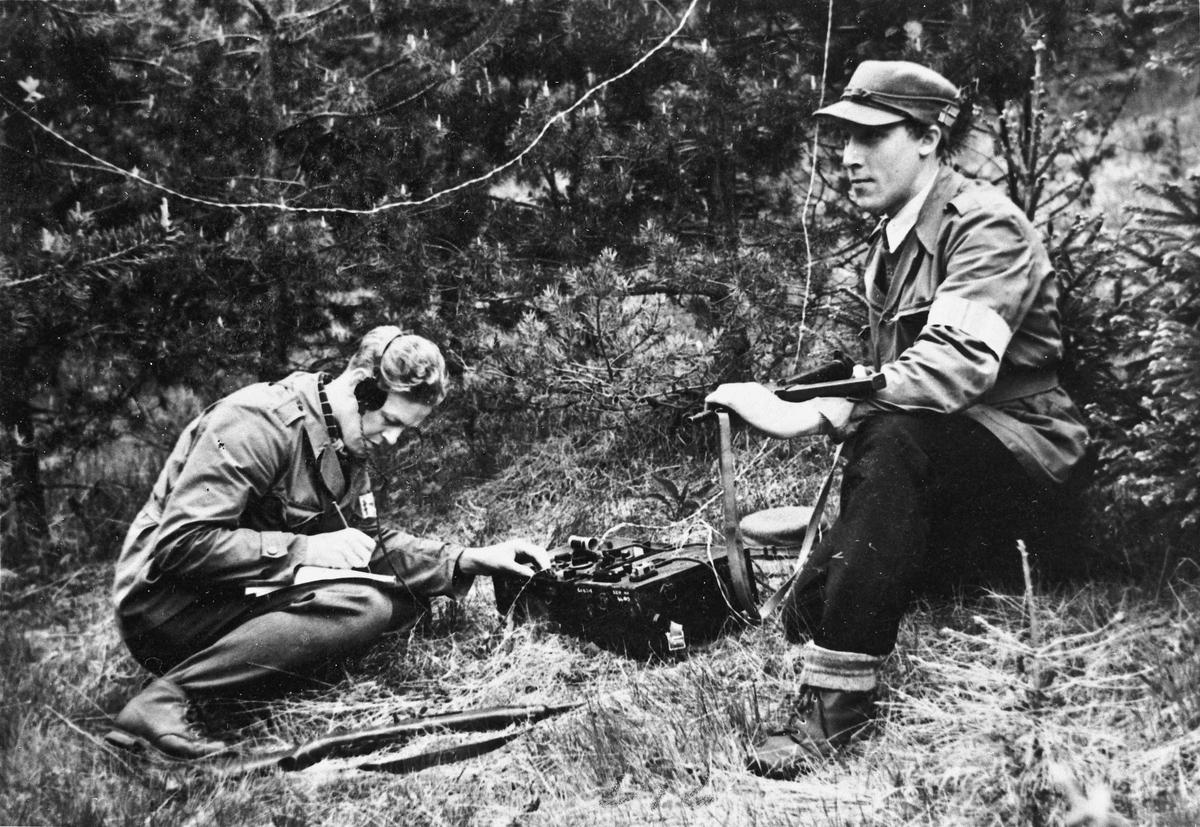 To personer med en radiosender. Fra v.: Arve Halvorsen og Hans Bøhnsmoen.