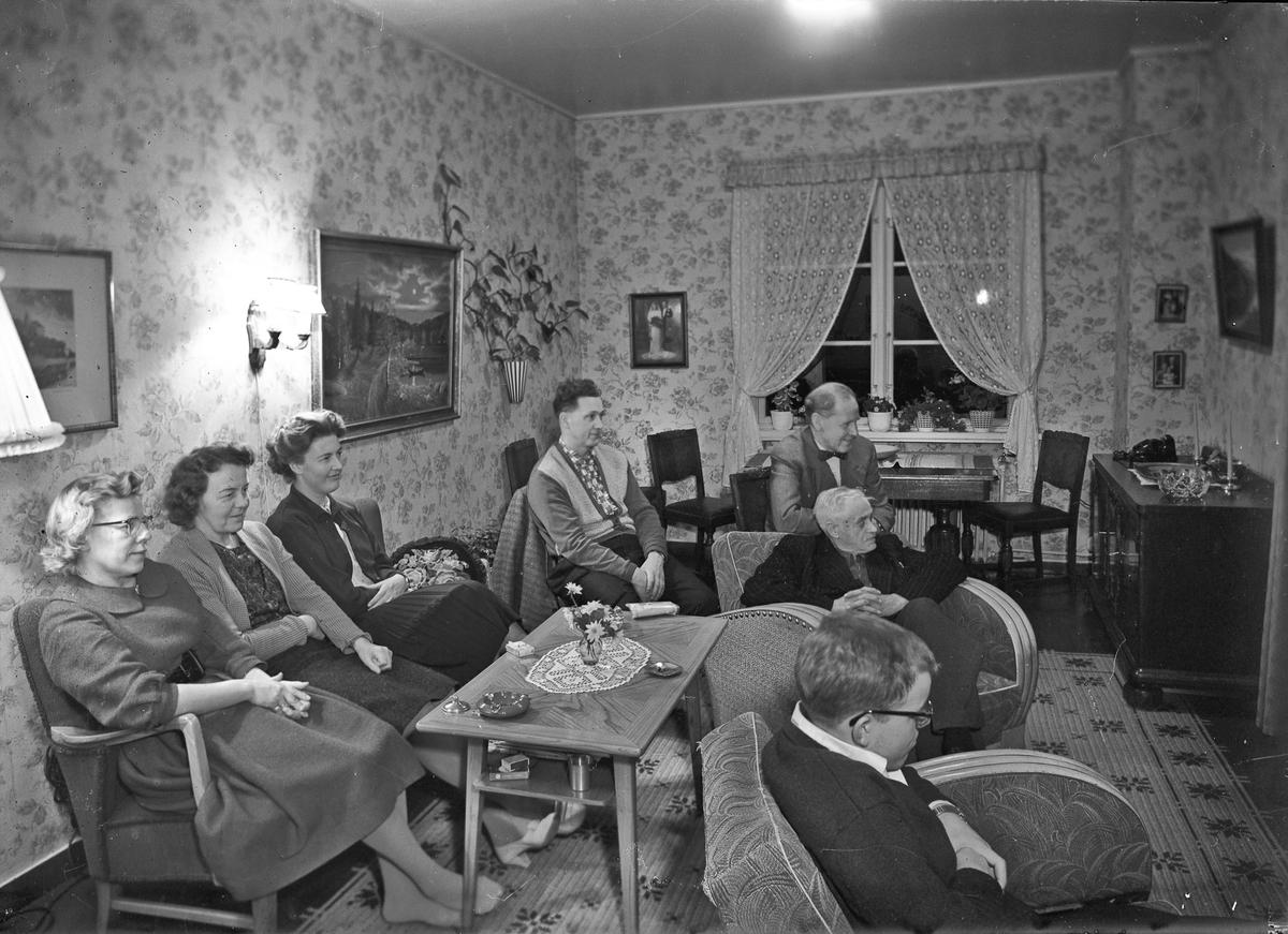 7 personer i en stue. Ser de på TV?