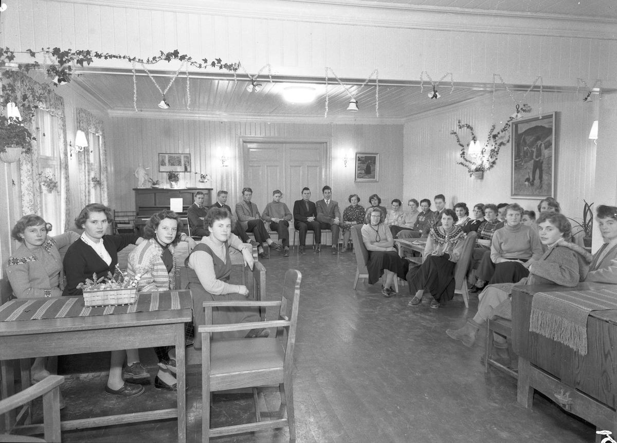 Bjerkely Ungdomsskole. Sammenkomst ved juletid.