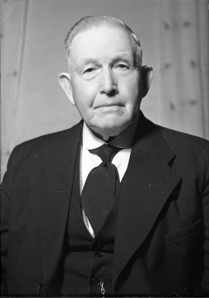 Amund Jensen. Var slakter og pølsemaker på Minnesund. Sønnen Erling overtok firmaet.
