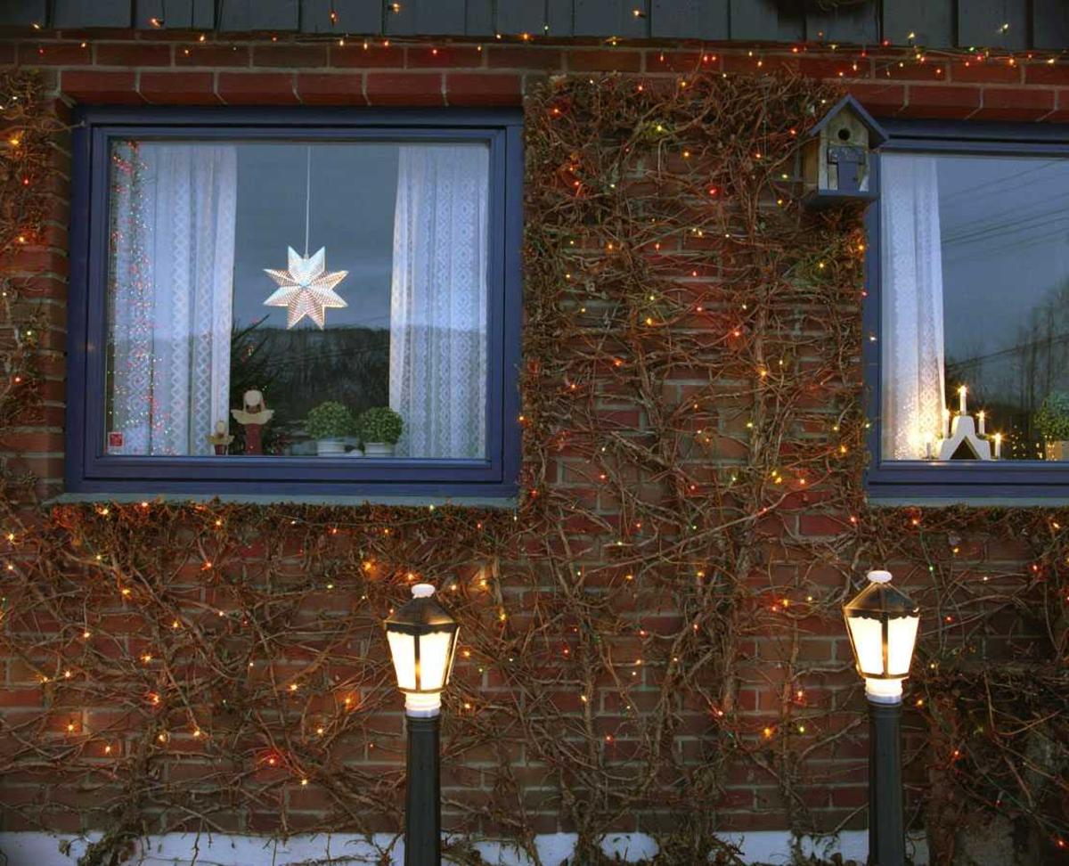 Julebelysning  Fantastisk julebelysning på enebolig. Flerfarget belysning i lenke på husvegg. Lysende stjerne og adventskalender i vinduer.