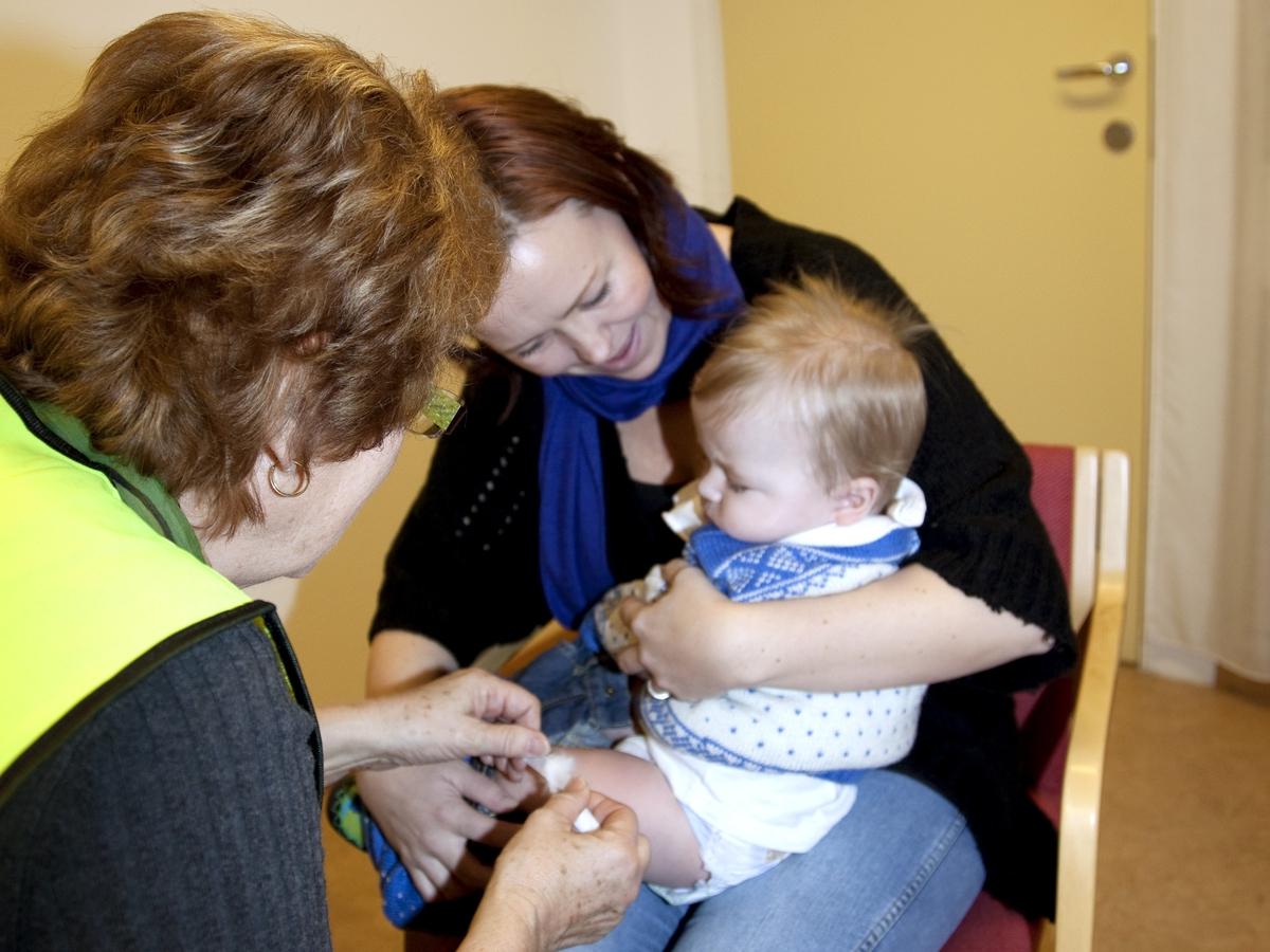 Svineinfluensa. Vaksinasjon mot svineinfluensa på Skedsmo Rådhus den 20.11.09. Vaksinasjonsområde. På vaksinasjonskontoret. Det settes plaster med vatt over stiksåret etter vaksineringen.