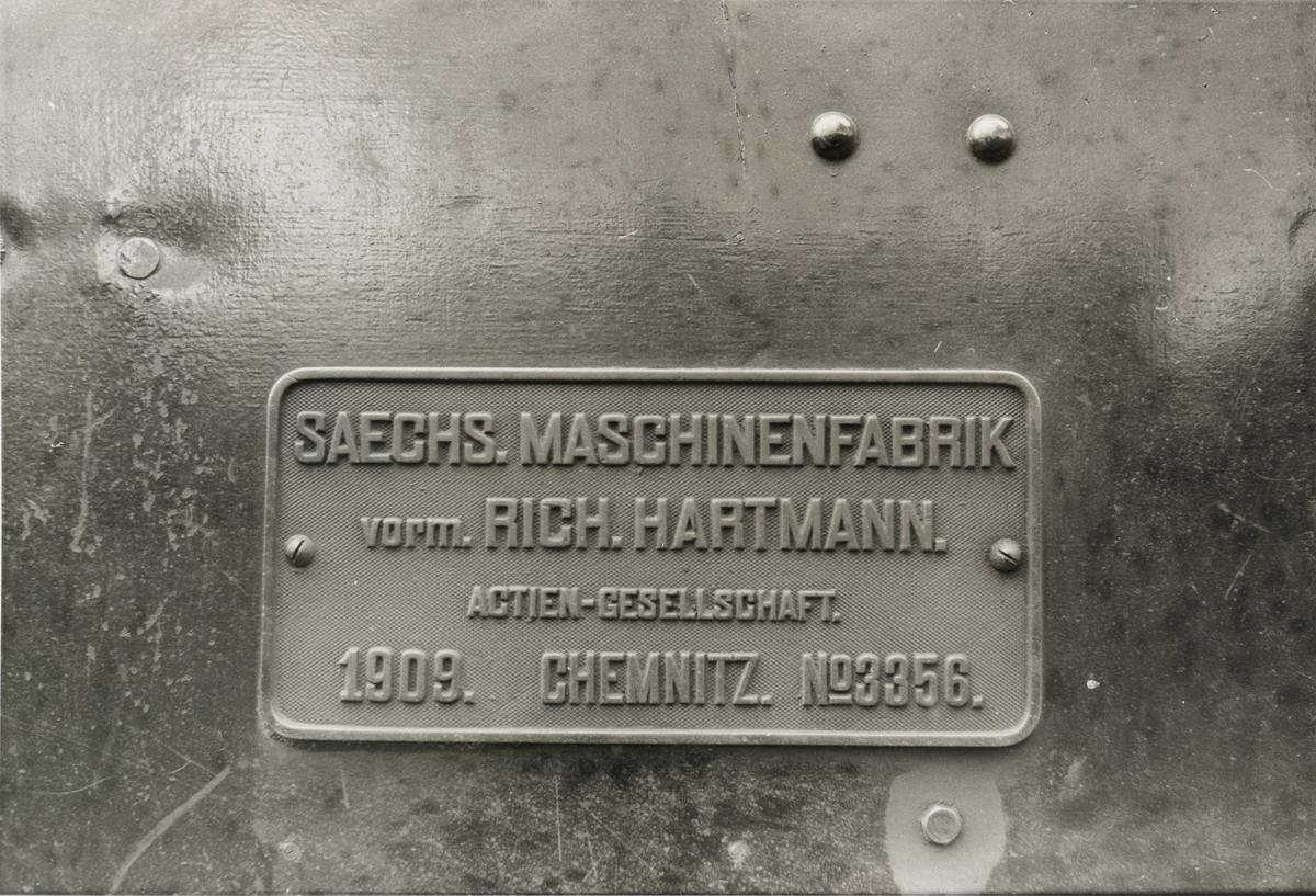 Lok 4 Setskogen - fabrikkskilt. Fabrikkskiltet har følgende tekst: SAECHS.MACHINENFABRIK vorm RICH.HARTMANN actien-gesellschaft 1909. CHEMNITZ. Nº3356