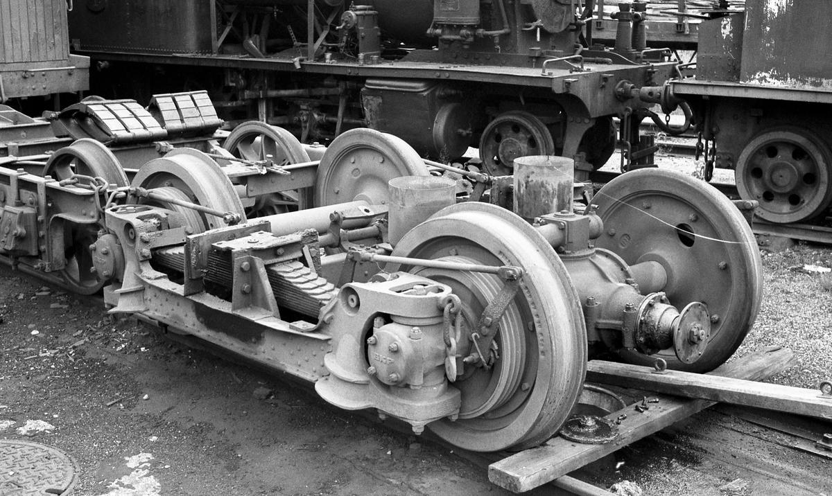 Hensatt materiell på Grovane. I forgrunnen boggier til motorvogn, trolig utrangerte Bmbo 2675.