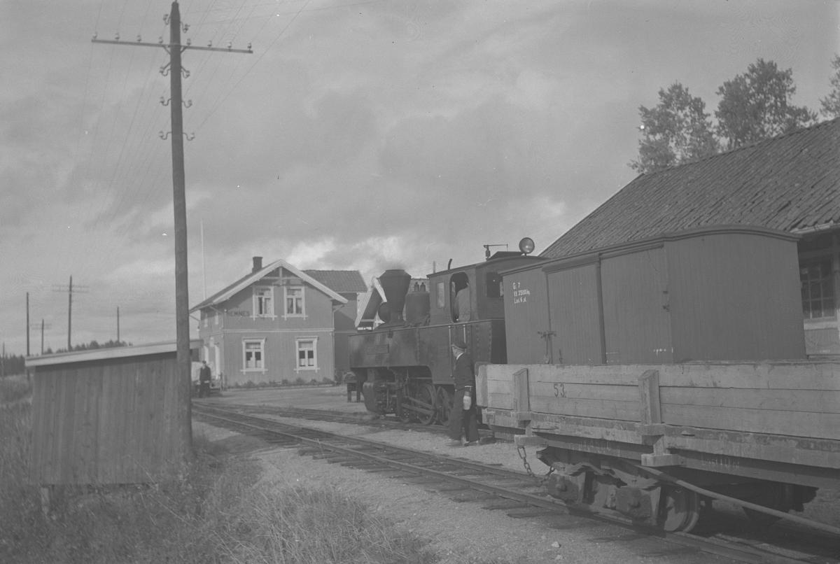 Lok 5 Bjørkelangen skifter på Hemnes stasjon.