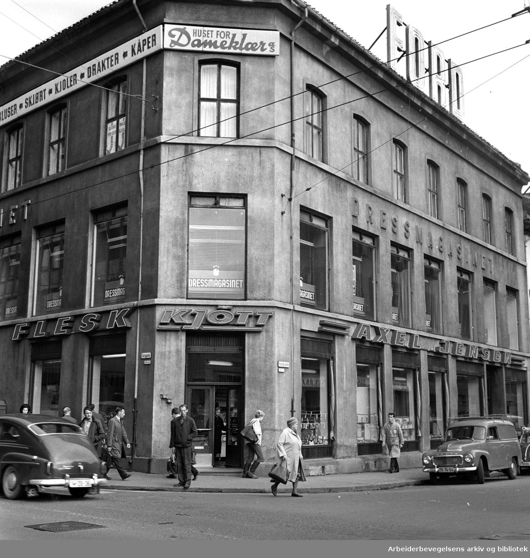 Axel Jensen kjøttforretning skal nedlegges. Torggata 13 ved Youngstorget, september 1964.
