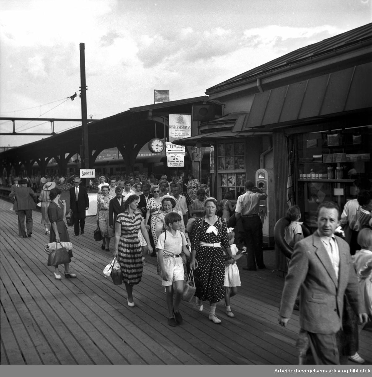 Trafikk på Oslo Østbanestasjon, .juni 1953