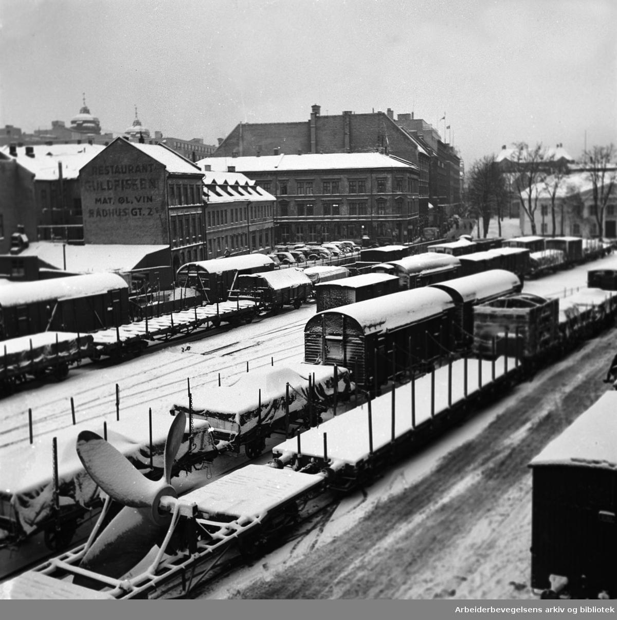 Oslo Østbanestasjon, Østbanetomta, med Børsen og Paléhaven i bakgrunnen,.januar 1951