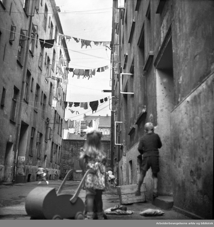 Barn leker i bakgård,.1950