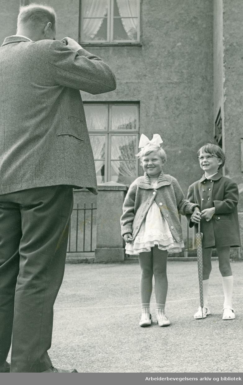 Første skoledag - Ellen Østbye og Hilde Midtstue fotograferes i skolegården,.august 1961