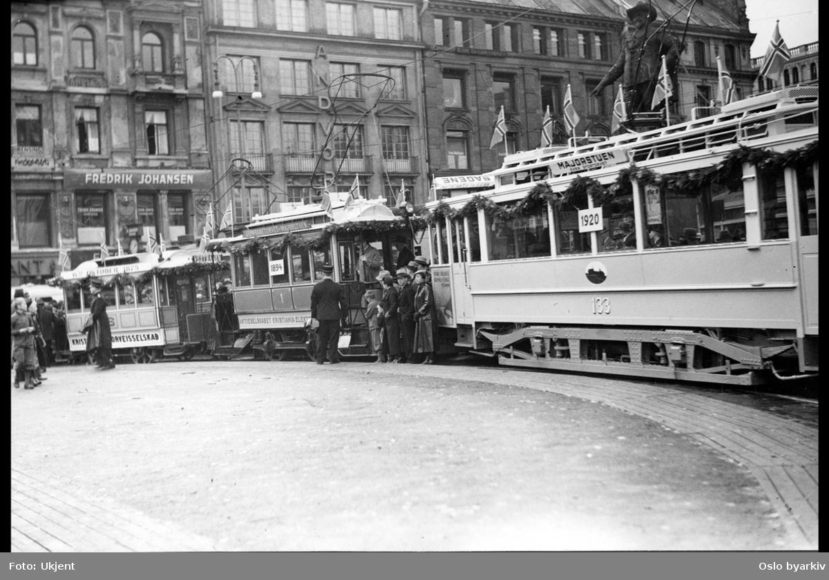 Oslo Sporveier. Sporveiens vogn 133 til venstre, Kristiania Elekektriske Sporveiers vogn i midten og til slutt Kristiania Sporveisselskaps vogn på Stortorvet. Bildets originale tittel er feil - dette er fra 6. oktober 1935, fra 60-års jubiléet for den første hestesporvogn i Kristiania, jf. A-40202/Uaa/0002/044