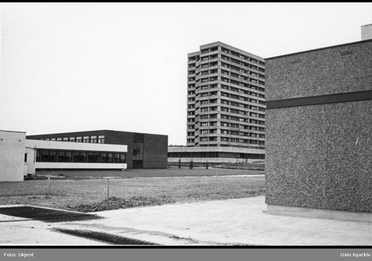 Tveita, boligblokker, Hellerud videregående skole