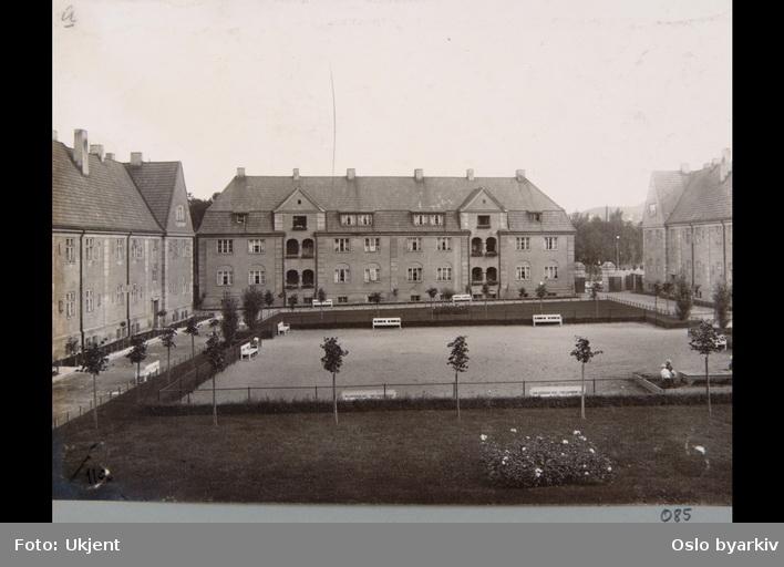 "Kvartal IV i Lindern haveby (hageby). Husfasader mot indre gårdsrom. Hagebenker. Sannsynligvis fra 1920-tallet. Albumtittel: ""Fotografier over Kristiania kommunes boligbebyggelse""."