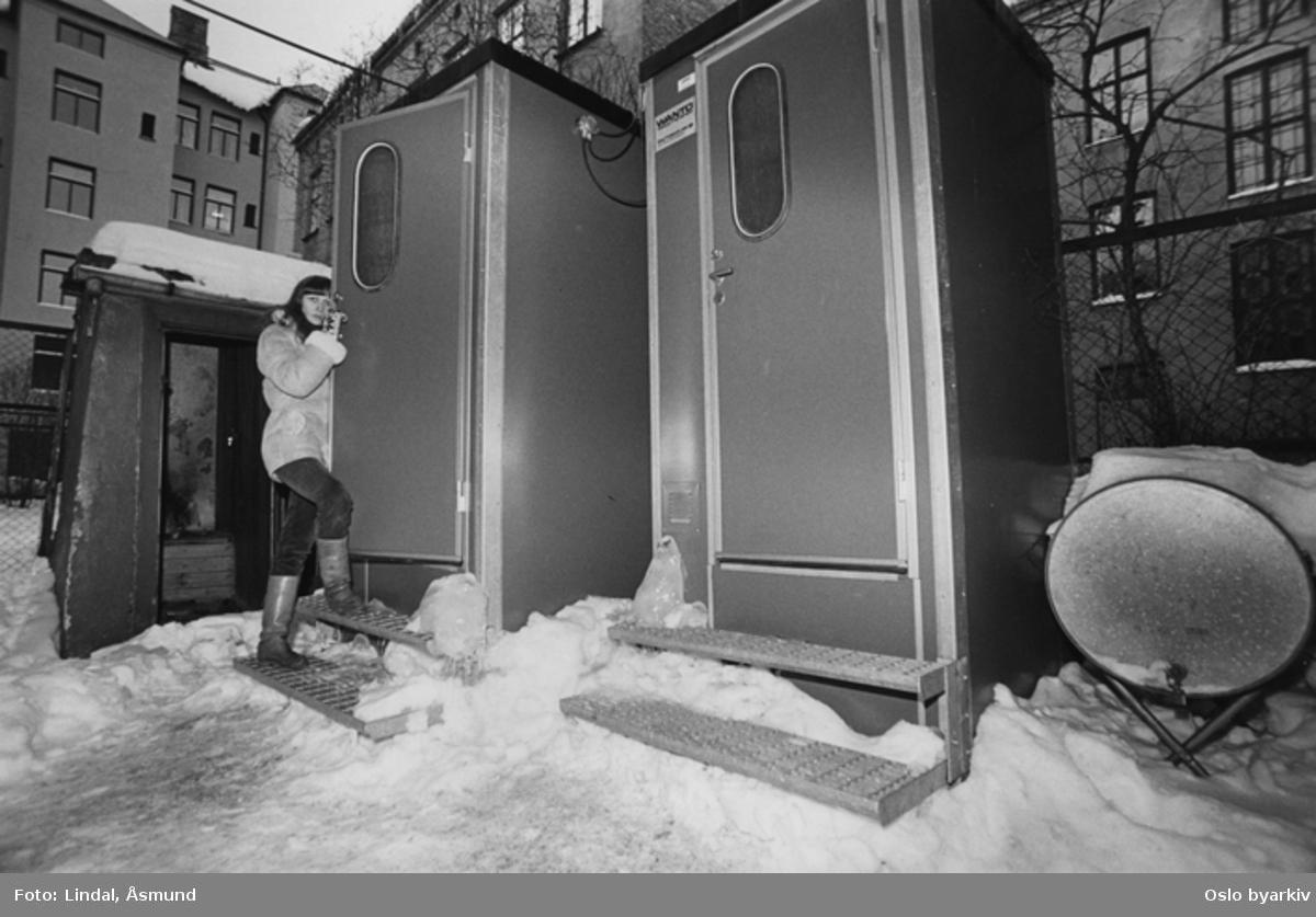 Utedo i bakgården i en bygård. Fotografiet er fra prosjektet og boka ''Oslo-bilder. En fotografisk dokumentasjon av bo og leveforhold i 1981 - 82''. Kontakt Samfoto ved ev. bestilling av kopier.