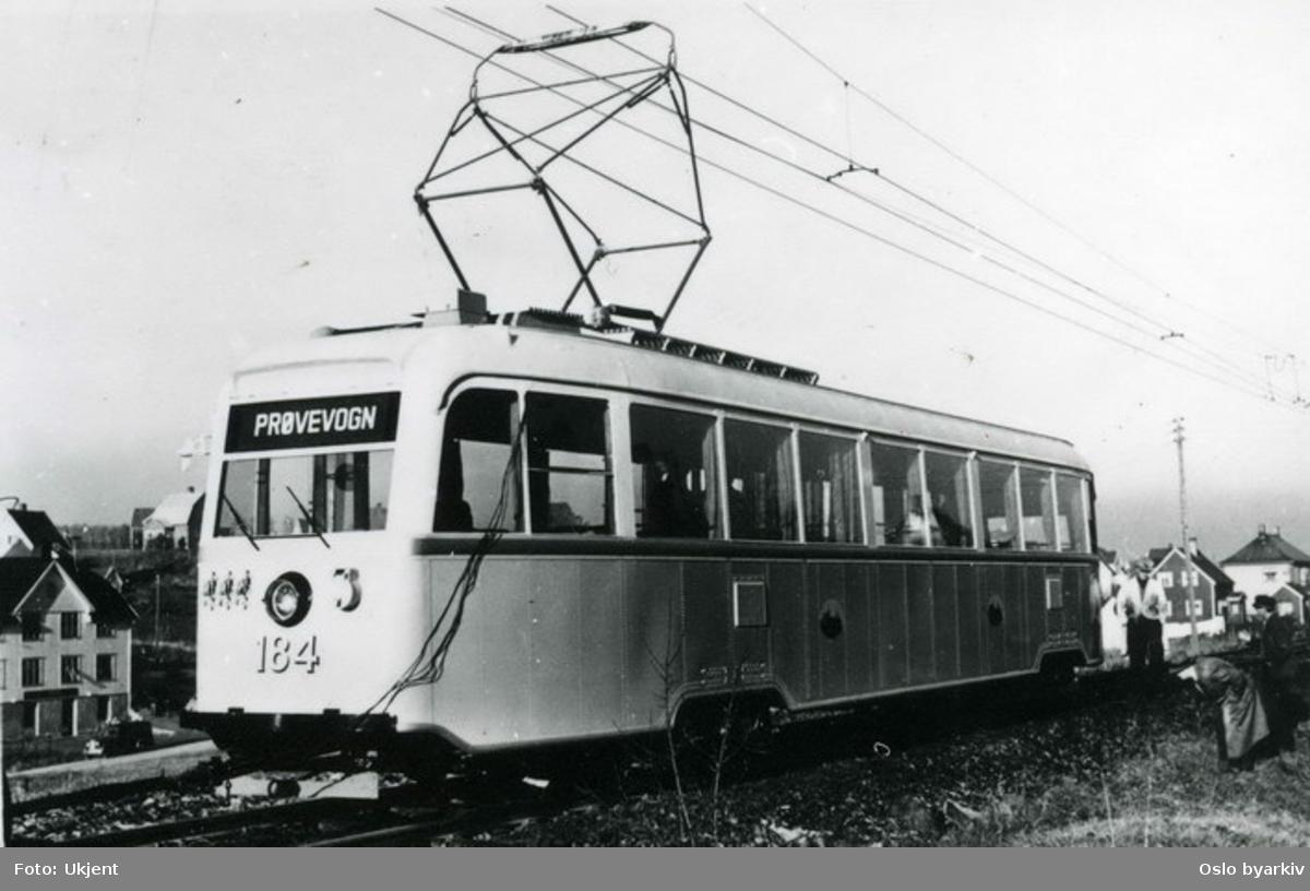 Oslo Sporveier. Første vogn av type B (seinere B1) under prøvekjøring på Østensjøbanen ved Godlia i november 1938. Gullfiskene ble satt inn på Østensjøbanen i februar 1939. B-vognene er produsert av Strømmen, men det elektriske utstyret kommer fra Metropolitan-Vickers.