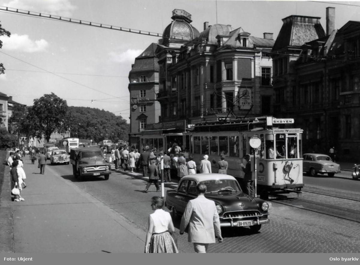 Oslo Sporveier. Kommunal HaWa-trikk med tilhenger ved stoppestedet på Solli plass. Det engelske kvarter til høyre. Gatebilde, trafikkmiljø, biler. Den originale tittelen er feil, da bildet er fra Drammensveien (nåværende Henrik Ibsens gate).