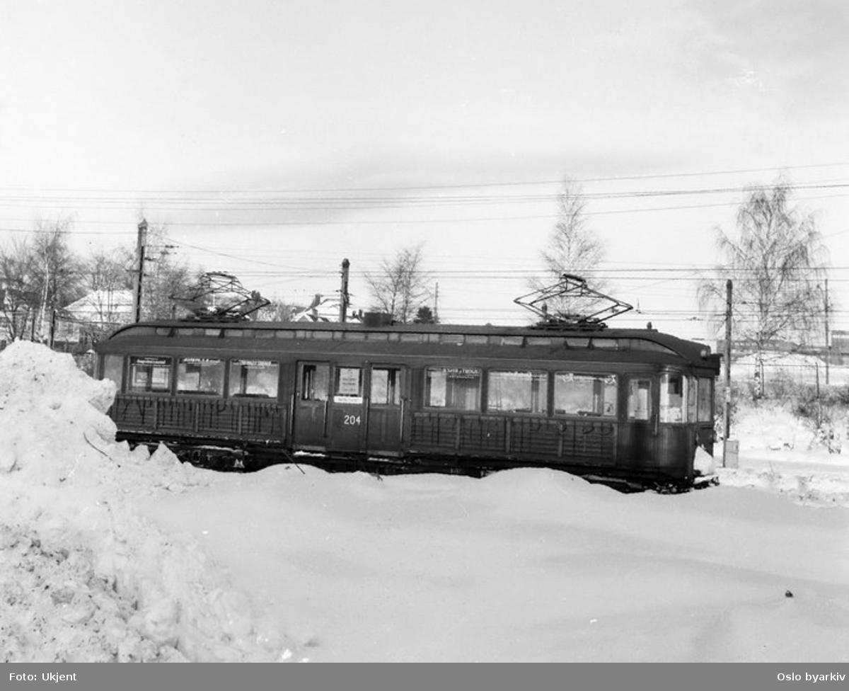 Holmenkollbanen, 204 parkert, masse snø.