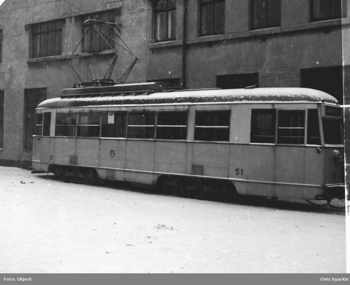 Bergen Sporveis vogn 51 i bakgården ved Møhlenpris vognhall.