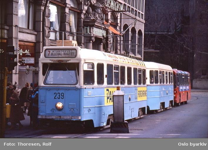 Oslo Sporveier. Trikk motorvogn 239 type Høka MBO og tilhenger type Høka TBO linje 7, buss MAN SL200 linje 17 bak. Utenfor GlasMagasinet.