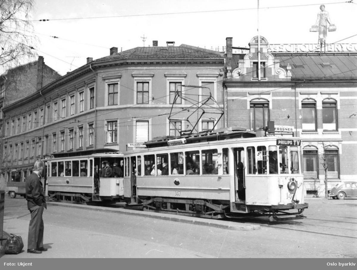 Oslo Sporveier. Trikk motorvogn 147 type HaWa linje 2 fra Disen ved stoppestedet Nybrua. Schous bryggeri.