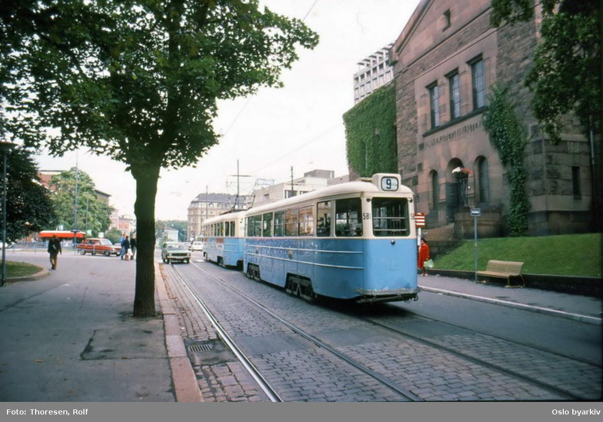 Oslo Sporveier. Trikk tilhenger 581 type STBO (fra 1953, tidligere Stockholmstrikk) linje 9, Kolsås-Ljabru, her på Drammensveien ved Solli plass (nå Lapsetorvet) og Nationalbiblioteket.