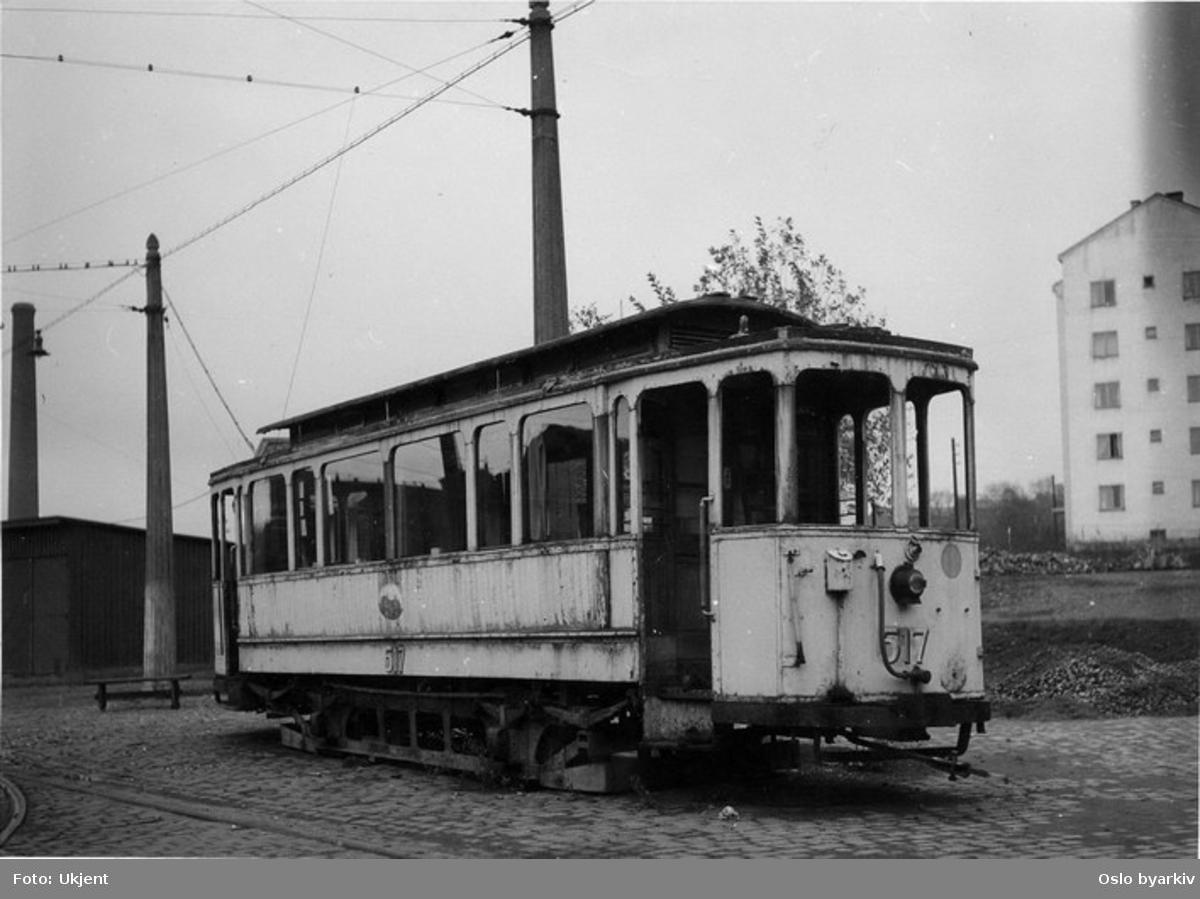 Oslo Sporveier. Trikk tilhenger 517 (fra 1922 til Blåtrikken) type Credé, satt utenfor sporet ved Vålerenga vognhall og brukt som brakke for vognbetjeningen. Vogna utrangert 1949.
