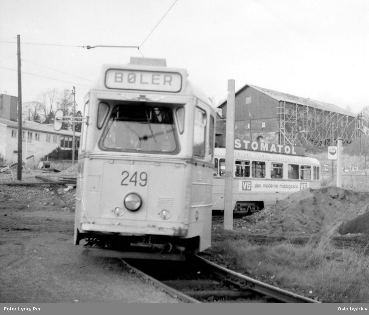 Oslo Sporveier. Bølertrikken, trikk motorvogn 249 type Høka MBO med tilhenger på linje 3, Østbanen-Bøler, på vei rundt endesløyfa en av de siste dagene (i oktober 1967) med trikk på Østensjøbanen. (T-banedrift til Skullerud fra samme år.)