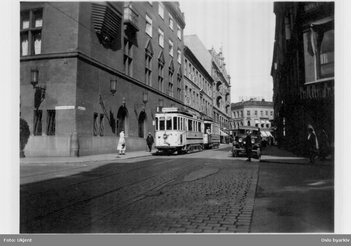 Trikk på linje 1 i Rosenkrantz' gate ( linje 1 her fra 1927) ved Hotel Bristol mot hjørnet Kristian IVs gate.