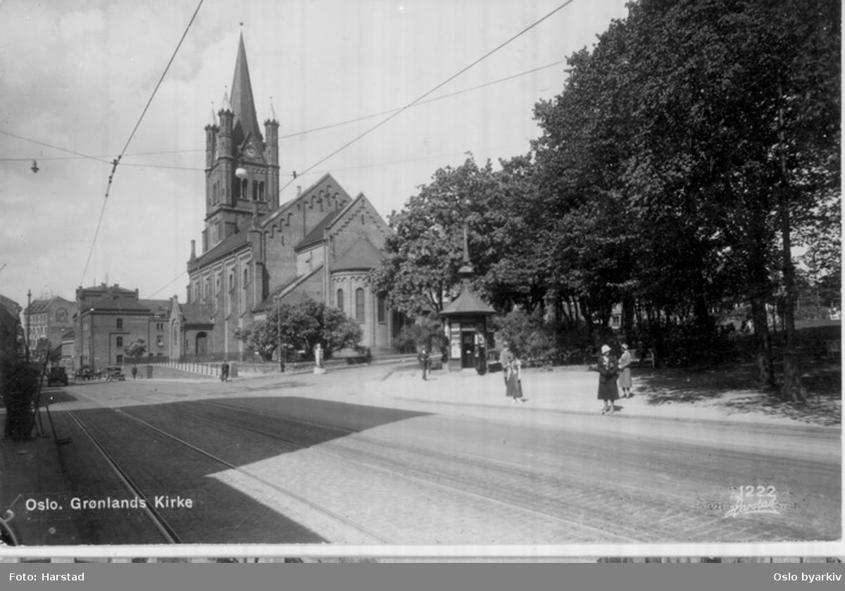 Grønlandsleiret langs Grønlands park (fra 1917) mot Grønland kirke. Narvesens tårnkiosk, hjørnet mot Borggata. Postkort 1222.
