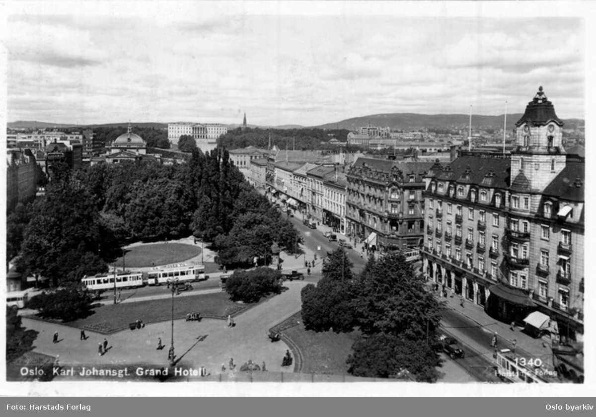 Eidsvolls plass langs Karl Johans gate, sett fra Stortinget. Grand Hotel. Trikk i Rosenkrantz' gate. Spaserende. Postkort 1340.