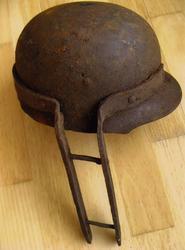 Tysk hjelm som senere har blitt brukt til noe annet, ukjent