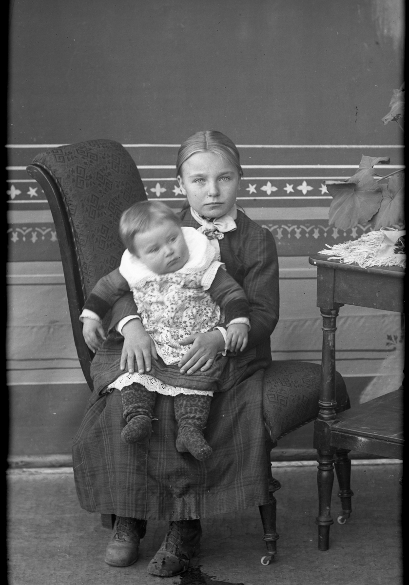 Portrett,jente med barn på fanget.