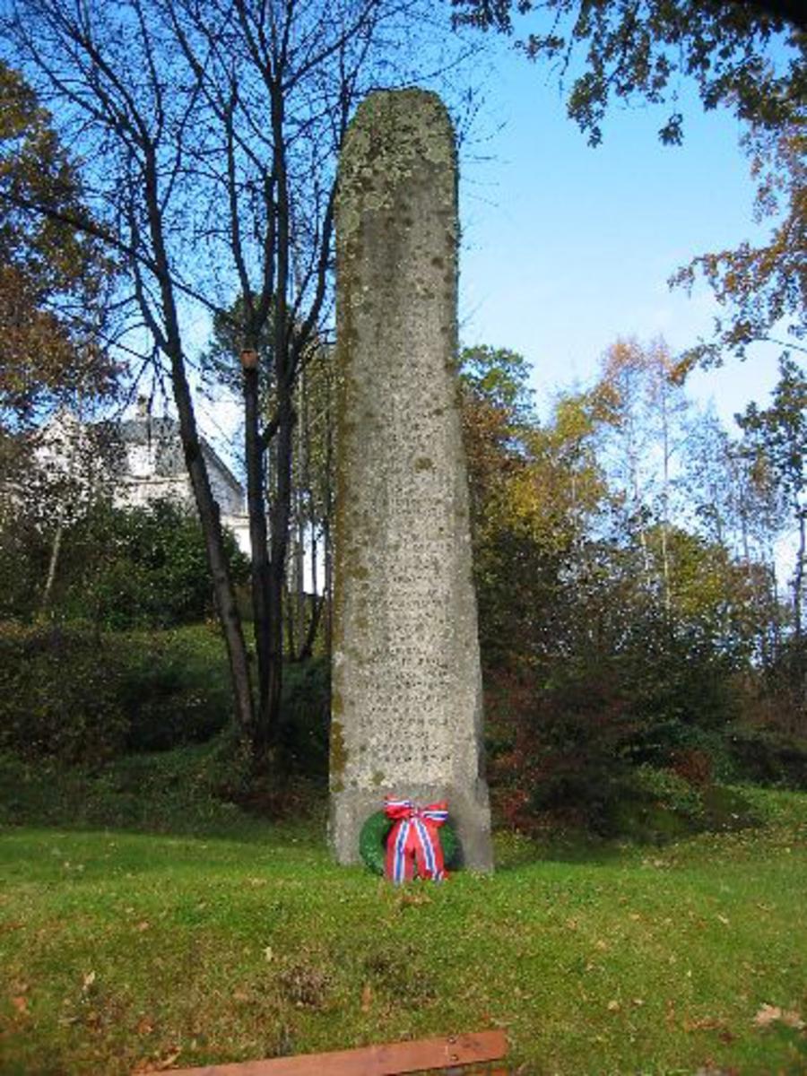Kjøreanvisning: Bautaen står til høyre for kirken og veien forbi kirken. Bautaen står til høyre for minnesteinen over falne fra krigen 1940-1945. Står i en skogkledd skråning.
