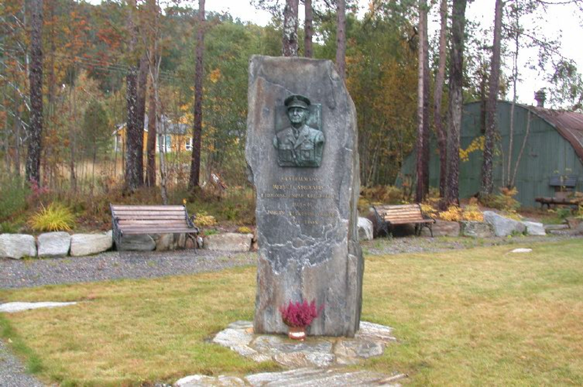 4 m høy bauta med relieff av genmaj Herluf Nygård med tekst under relieffet.