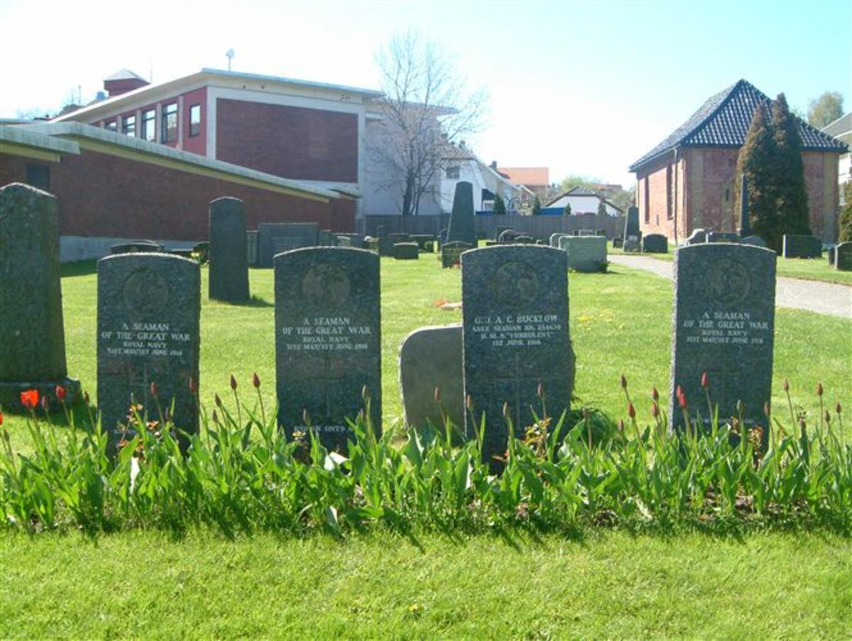 6 gravstøtter med en bauta ved siden av.